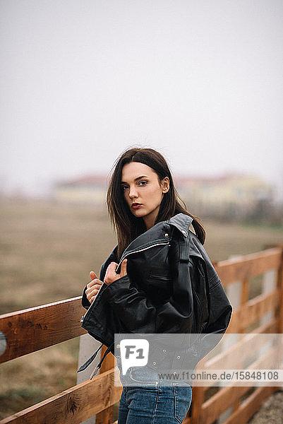 Porträt einer eleganten Dame mit Lederrockjacke  die in die Kamera schaut