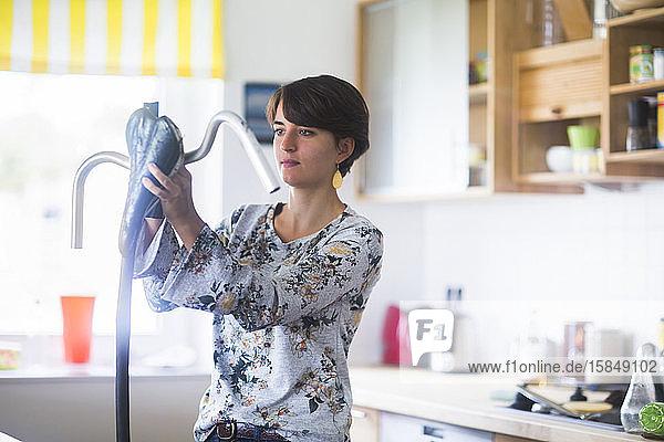 Upcycling einer jungen Frau in einer Küche