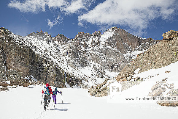 Bergsteiger wandern zum Longs Peak im Rocky Mountain-Nationalpark