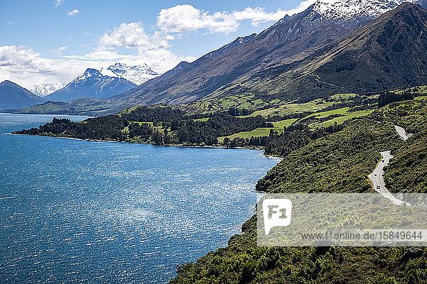 Malerische Bauernhöfe  schneebedeckte Berge  Straßen- und Seenlandschaft in Neuseeland