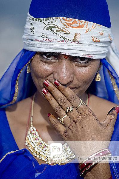 Rajasthans Frau mit traditioneller Kleidung  Schmuck und Verzierungen