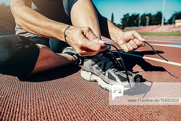 Schnürschuhe für Läufer vor dem Training auf der Bahn