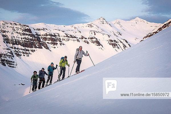 Gruppenskilauf in Island mit Bergen
