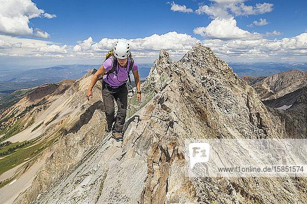 Frauen besteigen schmalen Grat auf dem Capitol Peak  Elk Mountains  Colorado