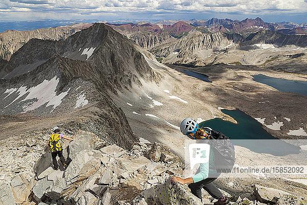 Frauen steigen den Bergrücken auf dem Capitol Peak hinab  Elk Mountains  Colorado