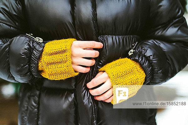 Nahaufnahme von Frauenhänden   Winter