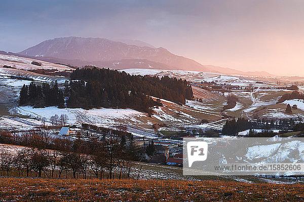Dorf in der Region Turiec mit Blick auf das Gebirge Velka Fatra.