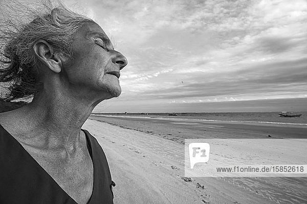 Einheimische alte Dame der Fischergemeinde nachdenklich im Wind
