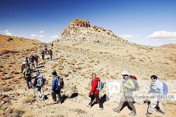 Wanderer in der Jebel-Sirwa-Region des Anti-Atlas-Gebirges in Marokko  Nordafrika.
