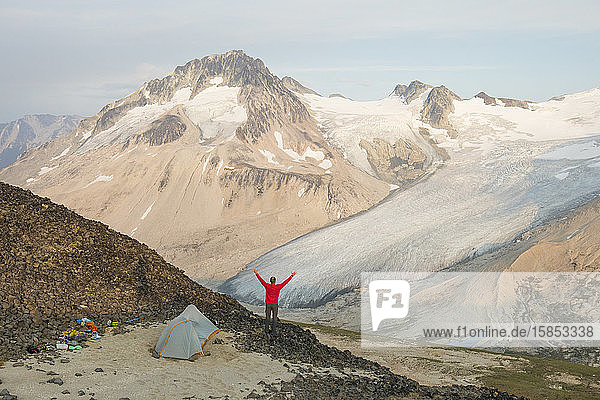 Der Mensch genießt einen epischen Campingplatz mit Blick auf die Berge.