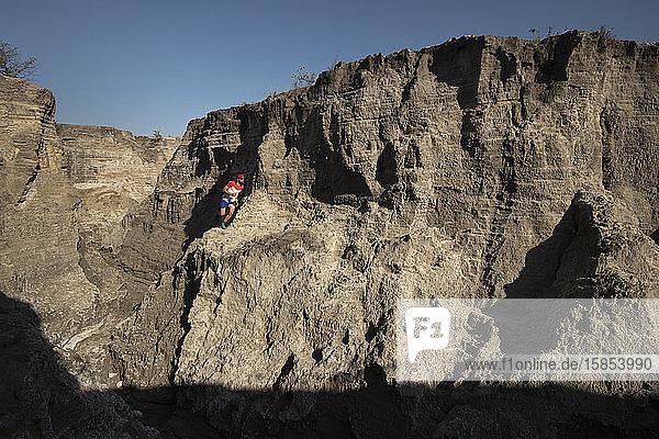 Ein-Mann-Pfad  der auf einem sandigen Gelände aus altem Bergbausand verläuft
