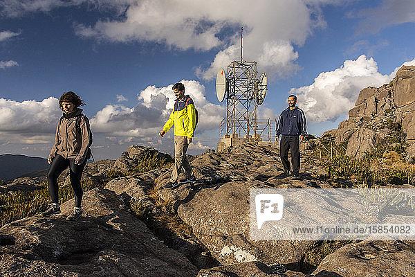 Wunderschöne Landschaft einer Gruppe von Freunden beim Wandern auf einem felsigen Berg