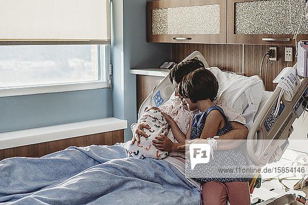 Weite Sicht auf Mutter mit neugeborenem Sohn  die Geschwister trifft