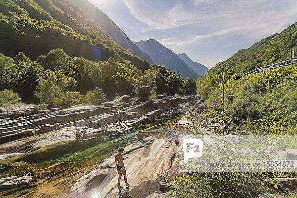 Menschen  die im Sommer an der Verzasca schwimmen und sonnenbaden