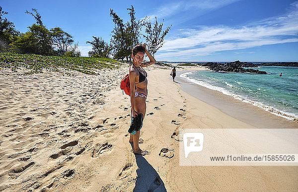 Drei Freunde spazieren entlang des Ozeans in Richtung Makalawena Beach  Hawaii