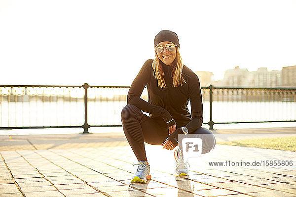 Outdoor-Porträt einer sportlichen Frau.