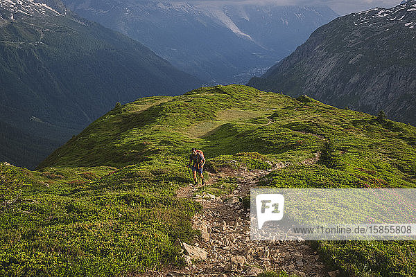 Junge Männer wandern auf die Aiguillette des Posettes  Chamonix  Frankreich