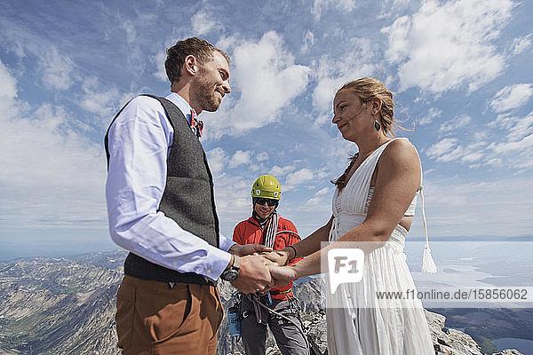 Ein junges Paar heiratet auf dem Gipfel eines Berges in Wyoming