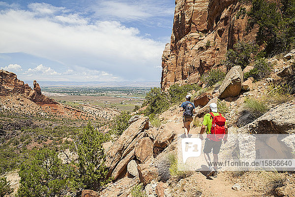 Wanderer steigen den Wedding Canyon Trail im Colorado National Monument hinab