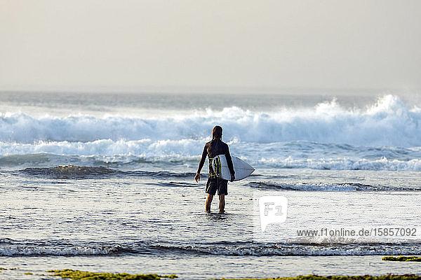 Surfer schaut auf Welle