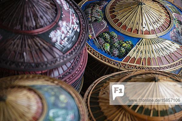 Traditionelle asiatische Kegelhüte