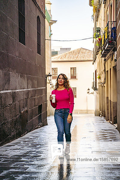 hübsche Frau beim Imbiss durch die Straßen der Stadt