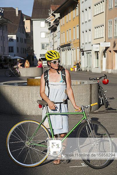 Badende in ein Handtuch gewickelte Frau mit Fahrrad  Winterthur  Schweiz
