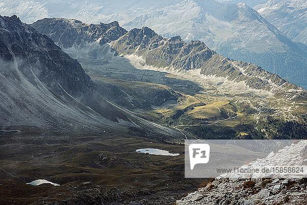 Blick auf die schöne stimmungsvolle Landschaft in den Alpen.
