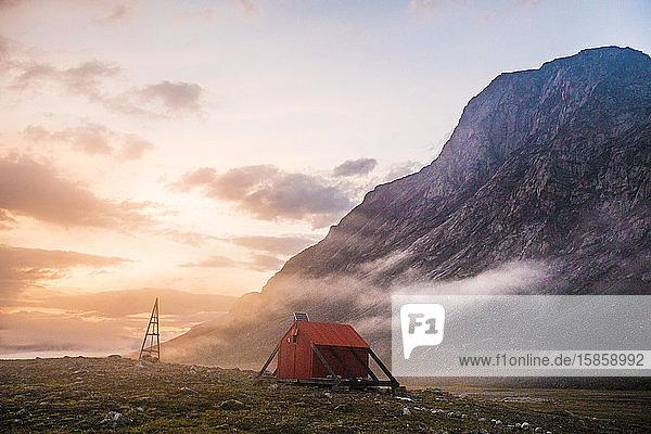 Notunterkunft unter dem Berg am Akshayak-Pass.