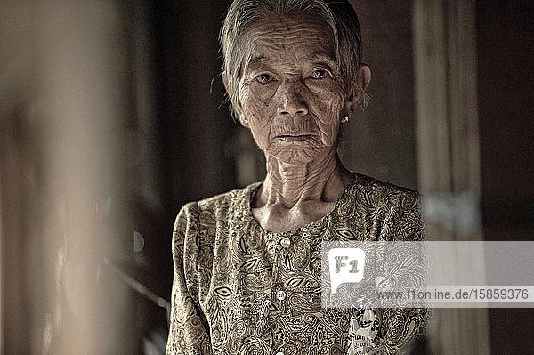 Alte Dame in den Gängen der Straßenmärkte