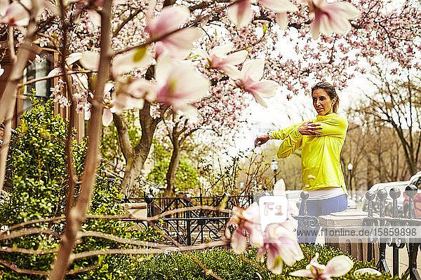 Eine Frau streckt sich im Frühling auf einer Straße in Boston.