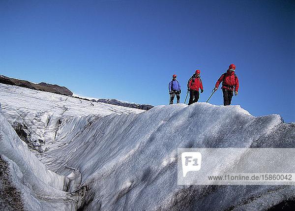 3 Männer erkunden den Gletscher Solheimajokull