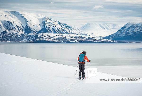 Eine Frau fährt mit Bergen zum Wasser