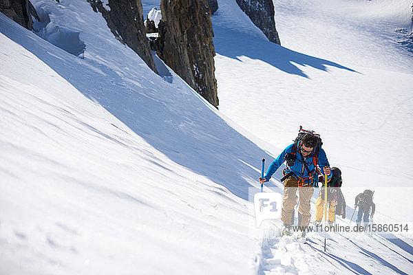 Gruppe von 3 Personen für Skitouren auf den Berg