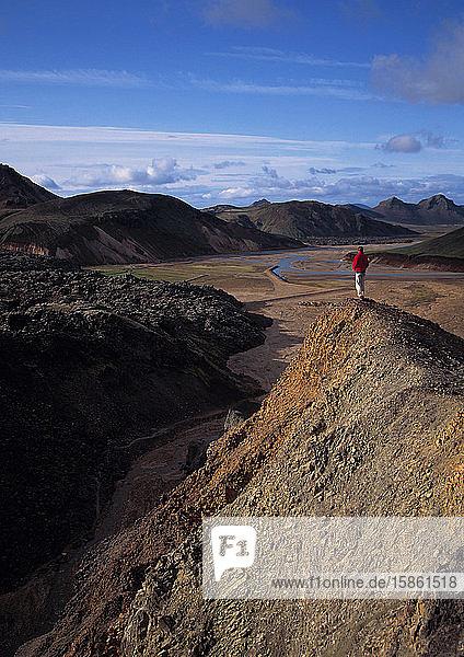 Mann bewundert die Aussicht in Landmannalaugar / Island