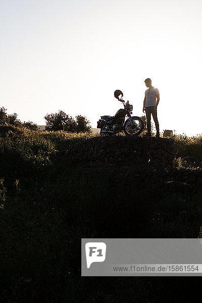 schönes Gegenlicht eines Radfahrers auf dem Land