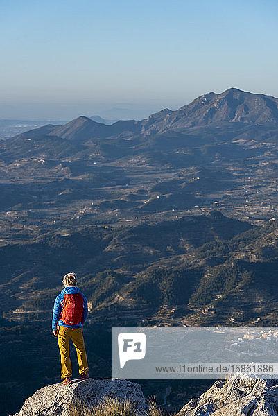 Eine Frau beim Wandern im Hochland  Costa Blanca  Berg El Divino.