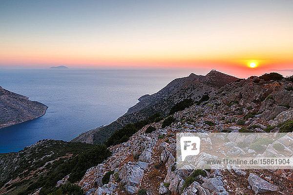 Sonnenuntergang über den Bergen in der Nähe des Dorfes Kamares auf der Insel Sifnos  Griechenland.
