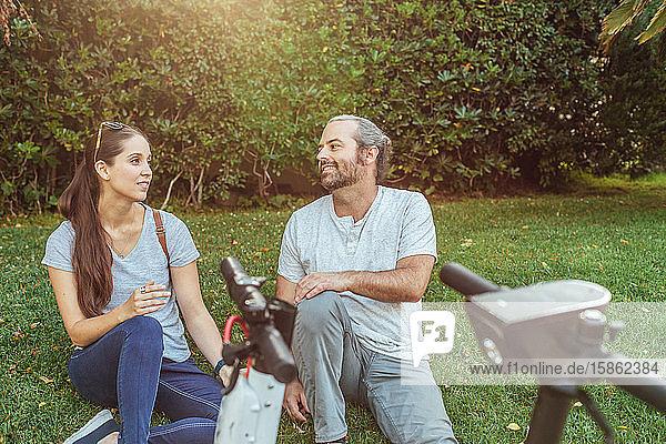 Mann und Frau sitzen zusammen