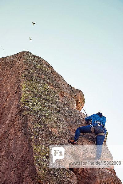 Asiatische Bergsteigerin im Garten der Götter Colorado