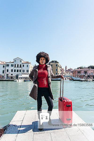 Junge schwarze Frau mit Gepäck Reisetasche
