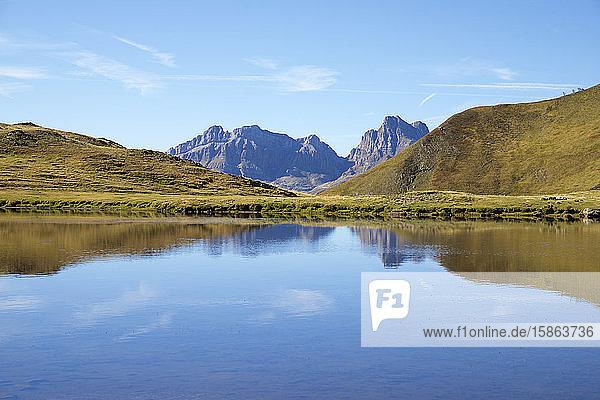 Reflexionen am Escalar-See im Canfranc-Tal in den Pyrenäen.