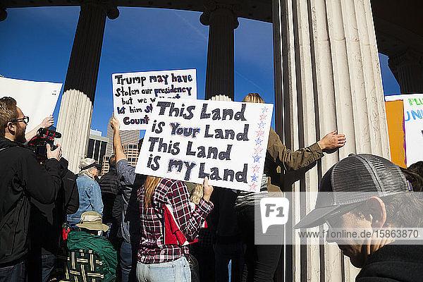 Menschen protestieren gegen Reiseverbot für Präsident Trump Muslim in Denver  Colorado