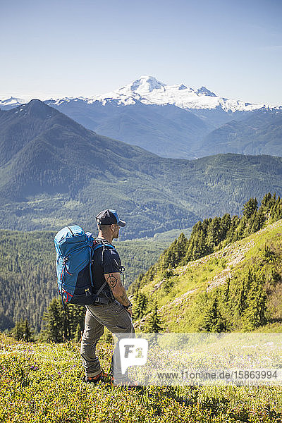 Wandern auf Almen mit Blick auf den Mount Baker  Washington.