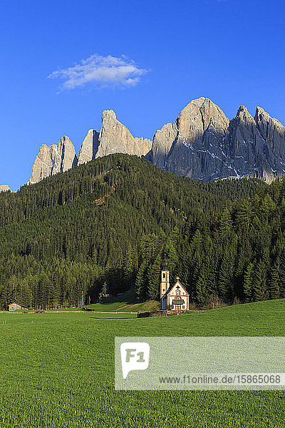 The Church of Ranui and the Odle group in the background  St. Magdalena  Funes Valley  Dolomites  South Tyrol  Italy  Europe