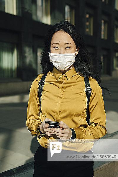 Bildnis einer Frau mit Gesichtsmaske