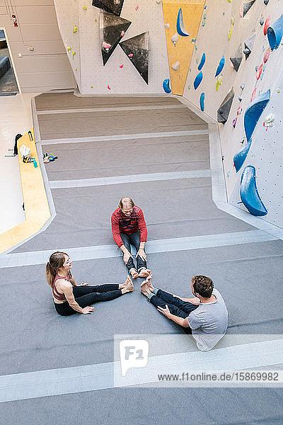 Schrägaufnahme eines Trainers  der männliche und weibliche Studenten im Fitnessstudio ausbildet