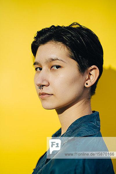 Porträt einer Frau vor gelbem Hintergrund