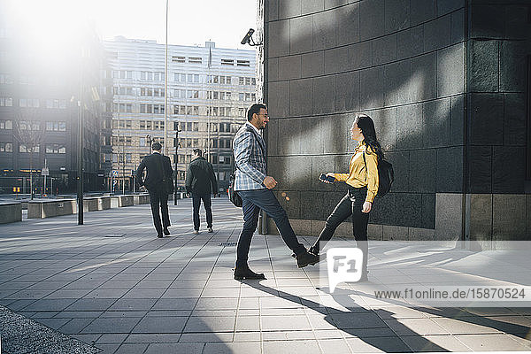 Begrüßung von Mann und Frau mit den Füßen