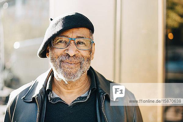 Porträt eines lächelnden älteren Mannes mit Brille
